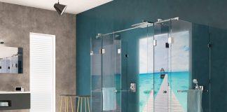 Ein Traumbad mit individueller Traumdusche von glassdouche: Design-Serie JOSEPHINE, Wand-Dusche mit zwei geraden, festen Seitenglaesern, zwei schmalen, festen Frontglaesern und zwei Falttueren mit je zwei geraden Glaselementen; rueckseitig eine Leuchtwand HELENE, Motiv Bluebeach.