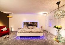 Blaues Lichtdesign im Schlafzimmer mit dem Designer Torsten Müller