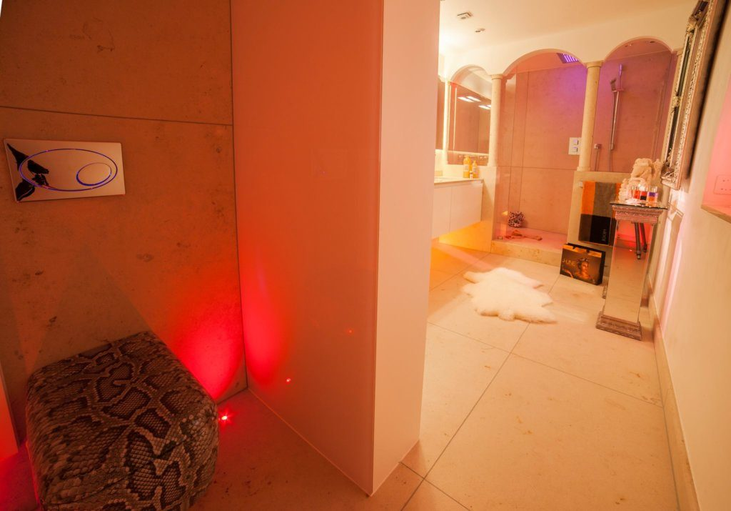 """Egal ob Sie ein sinnliches Refugium in Ihrem Haus planen oder beim Interior eine besondere Kultur einbringen wollen – das Lichtkonzept, das oft von der Lichtgestaltung unberührt bleibt, spielt eine entscheidende Rolle. Meine Kooperationen mit der Herstellern , Bernd Beisse, Brumberg oder Occhio liefern zusätzlich kleine Ideen und auch große Visionen für beste Innenarchitektur. Auch die Konzepte vom führenden Studio´s in Sachen Lichtdesign wie die Firma Lichthaus Elektro Enzinger Gmbh in Bonn Mehlem - mit dem Slogen """"Lust auf Licht"""" ermöglichen ein außergewöhnliches Zubehör Design für exklusive Lichtdesign."""
