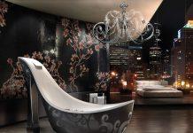 """Der Badewannenschuh der Firma #SICIS aus Italien ist wohl eine ganz exklusive Form des Luxus. Denke dass Sie sich mit der Badewanne selber übertroffen haben. Ob Sie nun nur die Liebhaber hoher Absätze ansprechen ist so die Frage. Die Luxus Wanne mit dem Namen Audrey hat die Form einen Schuhs mit einem hohem Absatz. Der Designer ist Massimiliano Della Monaca. Die Badewanne hat eine Länge von 2700mm und eine Höhe von 1650mm in der Breite misst Sie 1001 mm.SICIS neuesten #Badewanne """"Audrey"""" nimmt seine Form von einem eleganten #Schuh und wird von unseren wertvollen künstlerischen mosaics.Like eine übergroße Version eines klassischen … Barbie Schuh bereichert.Das Design besticht durch sein wunderschönes Glasmosaik. Der Fluss des Wasser findet von oben her statt das dabei die Schulter sogar ein wenig stimuliert werden ist ein schöner Nebeneffekt.Erhältlich ist die Audrey Badewanne von der Firma SICIS ab 13000€Wer es noch ein wenig edler haben möchte kann auch die #Platin-Version nehmen für 20.000 Euro."""