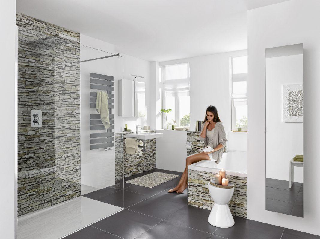 Mit einer neuen Duschwanne bietet das sanierte Bad deutlich mehr Flexibilität und Komfort. (Foto: epr/bad & heizung/HSK Duschkabinenbau KG)
