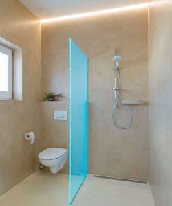 Die tägliche Dusche ist für viele Menschen weitaus mehr als nur eine reinigende Verrichtung. Längst nehmen Badezimmer eine zentrale Rolle in gelungenen Wohn- und Wohlfühllandschaften ein. Neben gut gestalteten und funktionalen Armaturen und Becken spielt auch das Licht eine zentrale Rolle bei der Inszenierung der Badinterieurs.