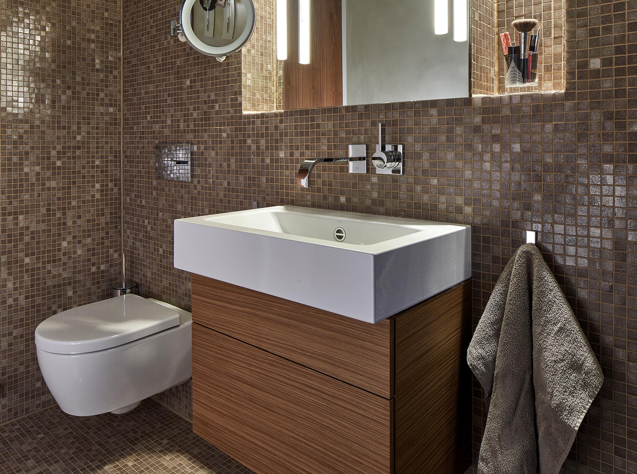 Braun hat sein Imageproblem abgelegt. Vor allem die Kombination seiner unendlich vielen Nuancen lässt das urbane Bad warm und gemütlich und dennoch modern und glanzvoll erscheinen. Foto: Vereinigung Deutsche Sanitärwirtschaft (VDS) / ©Dornbracht