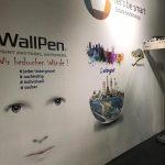 Wallpen stellt auf der IMM Cologne einen neuentwickelten Drucker vor, der das Zuhause um die Kreativzone Wand erweitert. So lassen sich beliebig gestaltete Motive in Schwarz-Weiß und Farbe auf die Wand für mehr Symbiose zwischen Möbeldesign und Raum aufbringen. Einzige Voraussetzung ist eine wie in der Kunst übliche weiße Wand als Leinwand.
