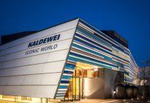 Nirgendwo sonst spürt man den Herzschlag der Marke KALDEWEI intensiver als in der KALDEWEI ICONIC WORLD. Auf vier Ebenen tauchen Besucher in die faszinierende KALDEWEI Markenwelt ein. Konzipiert als Schulungs- und Ausstellungszentrum ist die KALDEWEI ICONIC WORLD heute internationaler Treffpunkt für unsere Marktpartner aus aller Welt. Ob Architekt, Planer, Großhändler, Handwerker, Wohnungsbaugesellschaft, Hotelier oder eigener Mitarbeiter - Begeisterung für Pioniergeist, stilvolle Produkte und nachhaltige und intelligente Lösungen zu wecken ist unsere zentrale Motivation.