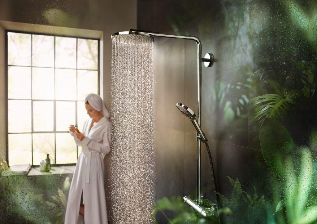 Im ökologische Badezimmer kann der Bauherr nachhaltig handeln: Der Wasserverbrauch von Armaturen ist mit der Optimierung der Austrittsöffnungen und der Düsen bei Hand- und Kopfbrausen auf ein Minimum reduziert worden.